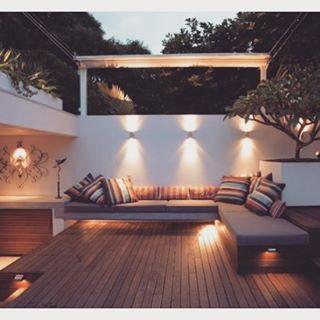 Ambientes externos também tem uma decoração especial. Abuse de decks de madeira, iluminação, almofadas e uma arte inspiradora na parede! #decoration #homedecor #interiordesign #decor #outdecor