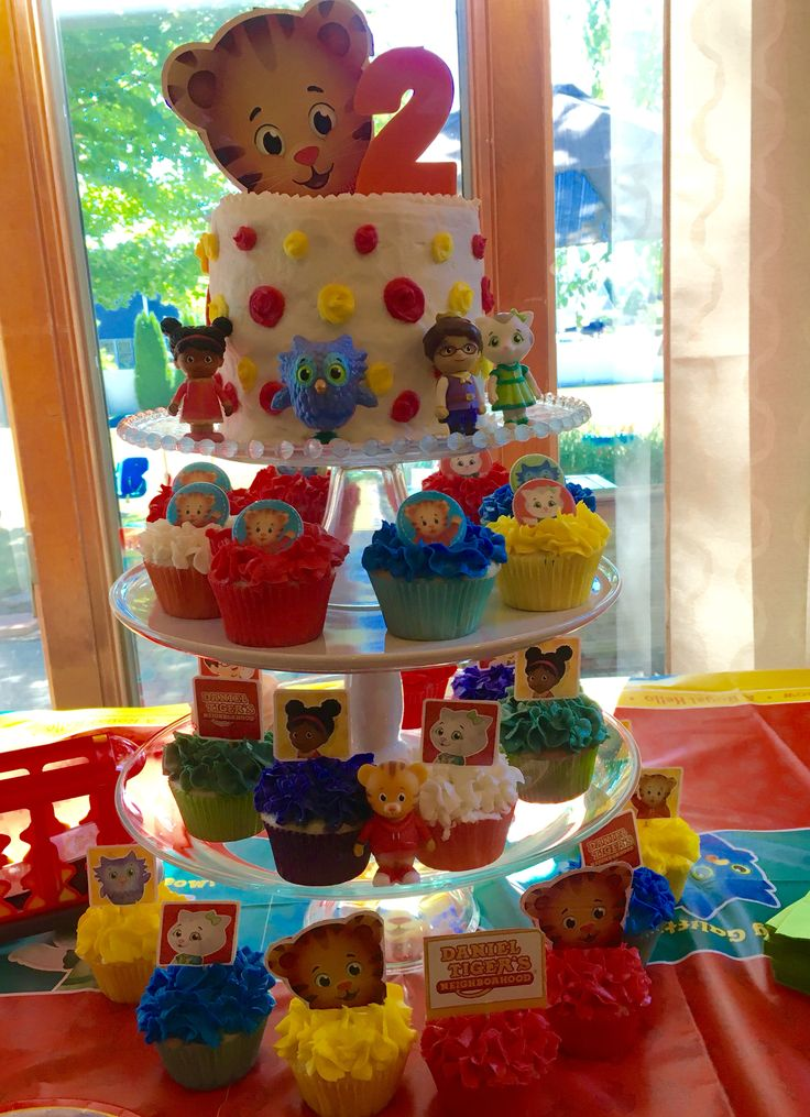 Daniel Tiger birthday cake and cupcakes.                                                                                                                                                                                 Mais