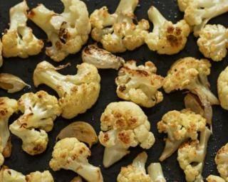 Chou-fleur à l'ail au four : http://www.fourchette-et-bikini.fr/recettes/recettes-minceur/chou-fleur-lail-au-four.html