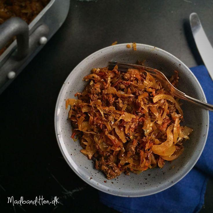 Hvidkål og oksekød er billigt og sundt og denne ret med karameliseret hvidkål smager SÅ godt! LCHF, low carb og glutenfri. Bloggens mest læste opskrift!