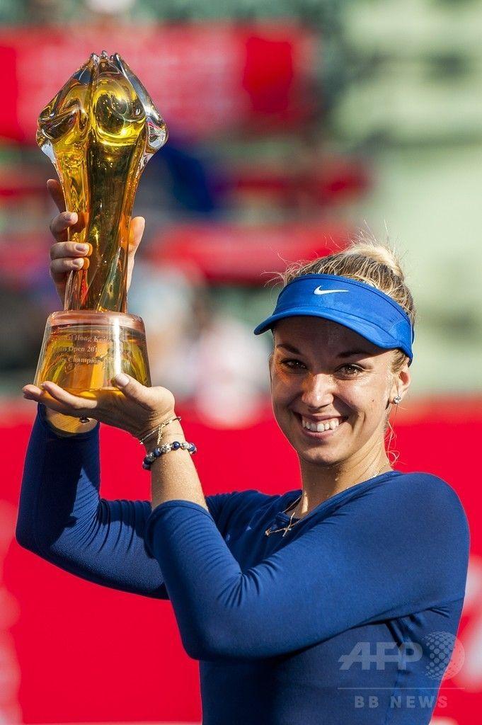 女子テニス、香港オープン(Prudential Hong Kong Tennis Open)シングルス決勝。表彰式でトロフィーを掲げるリターンを打つザビーネ・リシキ(Sabine Lisicki、2014年9月14日撮影)。(c)AFP/XAUME OLLEROS ▼15Sep2014AFP|第1シードのリシキが優勝、香港オープン初代女王に http://www.afpbb.com/articles/-/3025895