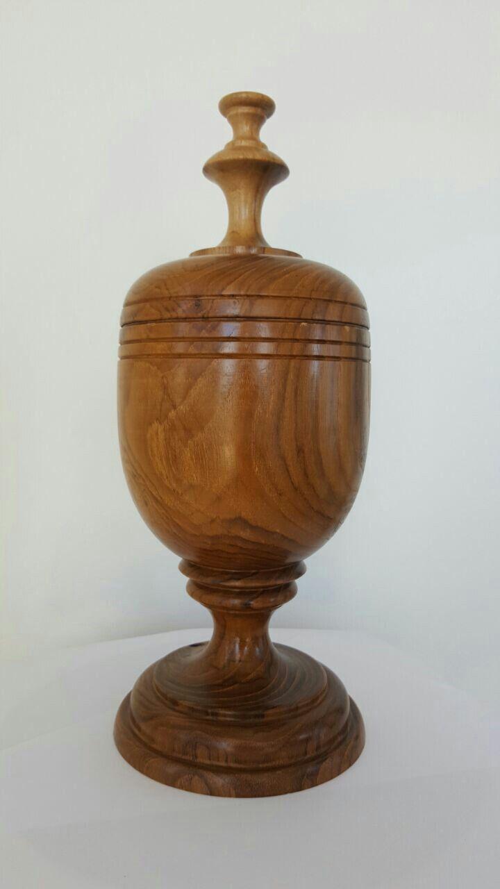 Urna de madera de teca.  Alto: 33 cms  Diametro: 13.50 cms   Peso 2.15 lbs