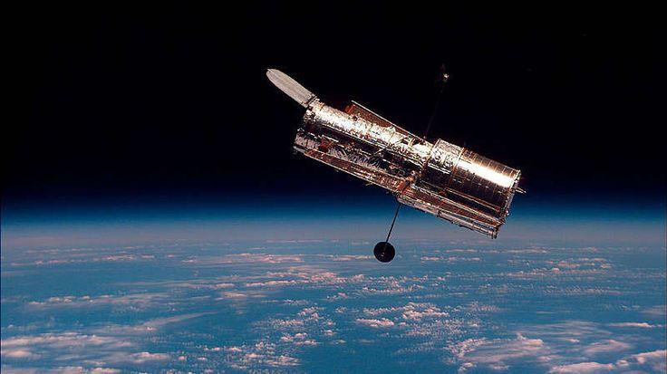 """Die """"Fleischerhaken""""-Galaxie-Die """"Fleischerhaken-Galaxie"""" NGC 2442 hat ihre Form vermutlich durch eine Beinahe-Kollision mit einer anderen Galaxie erhalten. Neue Hinweise zum Tathergang liefert die Europäische Südsternwarte (ESO): Die Astronomen haben verschiedene ältere Bilder verglichen, die vom """"Hubble""""-Weltraumteleskop (Bild) und einem 2,2-Meter Teleskop der Sternwarte La Silla in Chile aufgenommen wurden."""