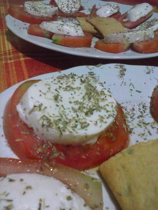 Cena con Mon Amour, Pomodoro, mozzarella e origano... più semplice di così.... <3 il bello dell'estate