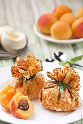 Aumônière de crêpe à l'abricot, crème d'amande et chocolat blanc