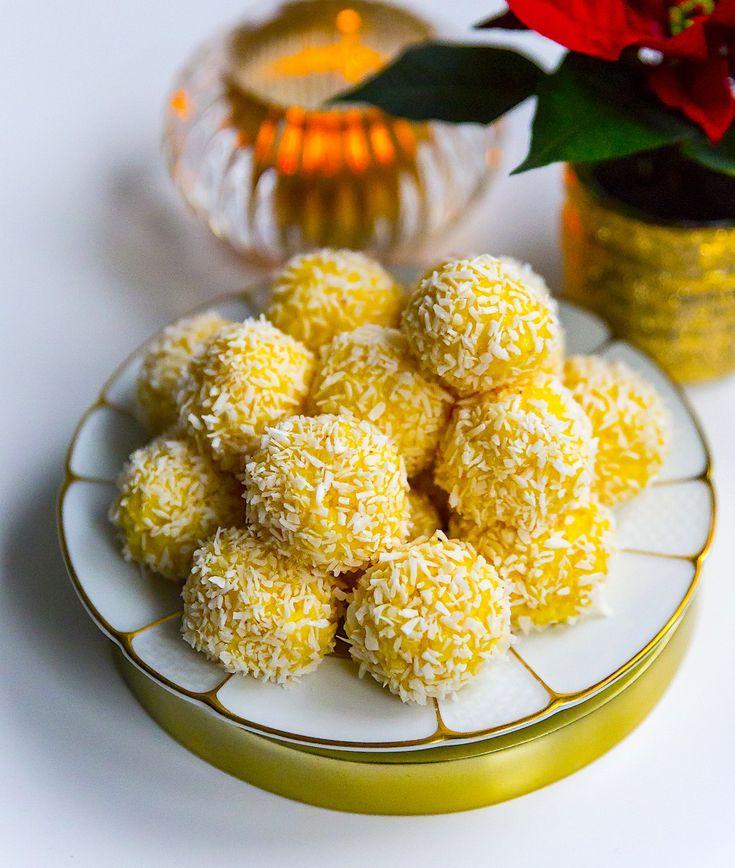 Släng ihop de godaste saffransbollarna på ett kick. Åh va dom är goda och enkla att göra. Många av er kommer säkert känna igen receptet, det är nämligen samma recept som mina mycket omtyckta kokossnöbollar. Jag tillsatte bara saffran i smeten och det blev en absolut fullträff! Vill du göra dessa i god tid så funkar detalldeles utmärkt att frysa in bollarna, lägg sedan på ett fat och låt tinas irumstemperatur. Ca 24 st saffransbollar Bollarna: 200 g riven kokos 1 burk sötad kondenserad…