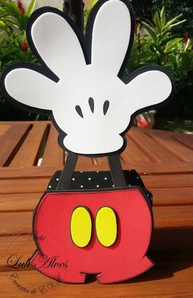 Centro de mesa em e.v.a diferente e criativo no tema Mickey para enfeitar a mesa principal e/ou a mesa dos convidados. É muita criatividade para abrilhantar sua festa.  Altura Total: 22,5 cm  Altura do porta doces: 8,5 cm  Largura: 5 cm  Comprimento: 10 cm