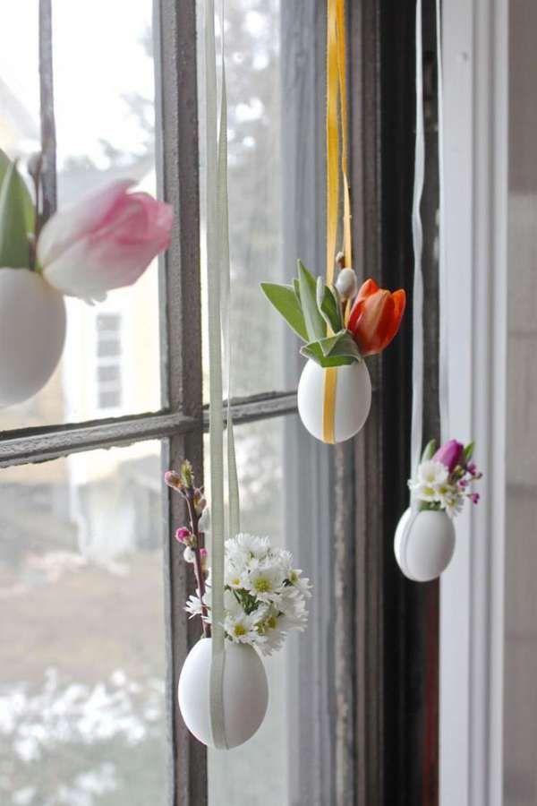 Petits vases suspendus avec des coquilles d'œufs.  16 décorations de Pâques DIY que vous allez adorer
