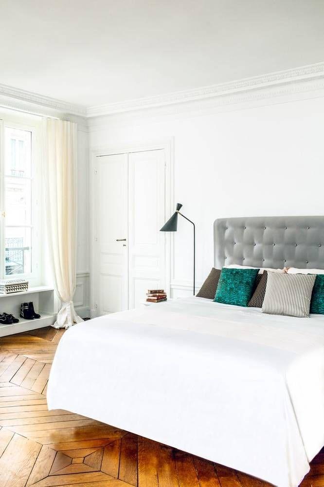Nedávno sme vám priniesli článok o krásnom novom bývaní herečky Hilary Swank v srdci Paríža. Tak toto je jej spálňa. Jednoduchá, útulná, plná svetla.