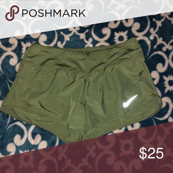 Jägergrüne Nike Shorts !! Nagelneu und in perfektem Zustand! Nike Shorts   – My Posh Picks