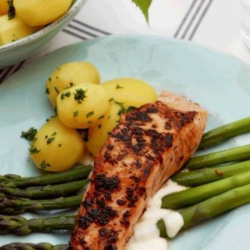Grillad lax med sparris och västerbottenssås - Recept - Tasteline.com
