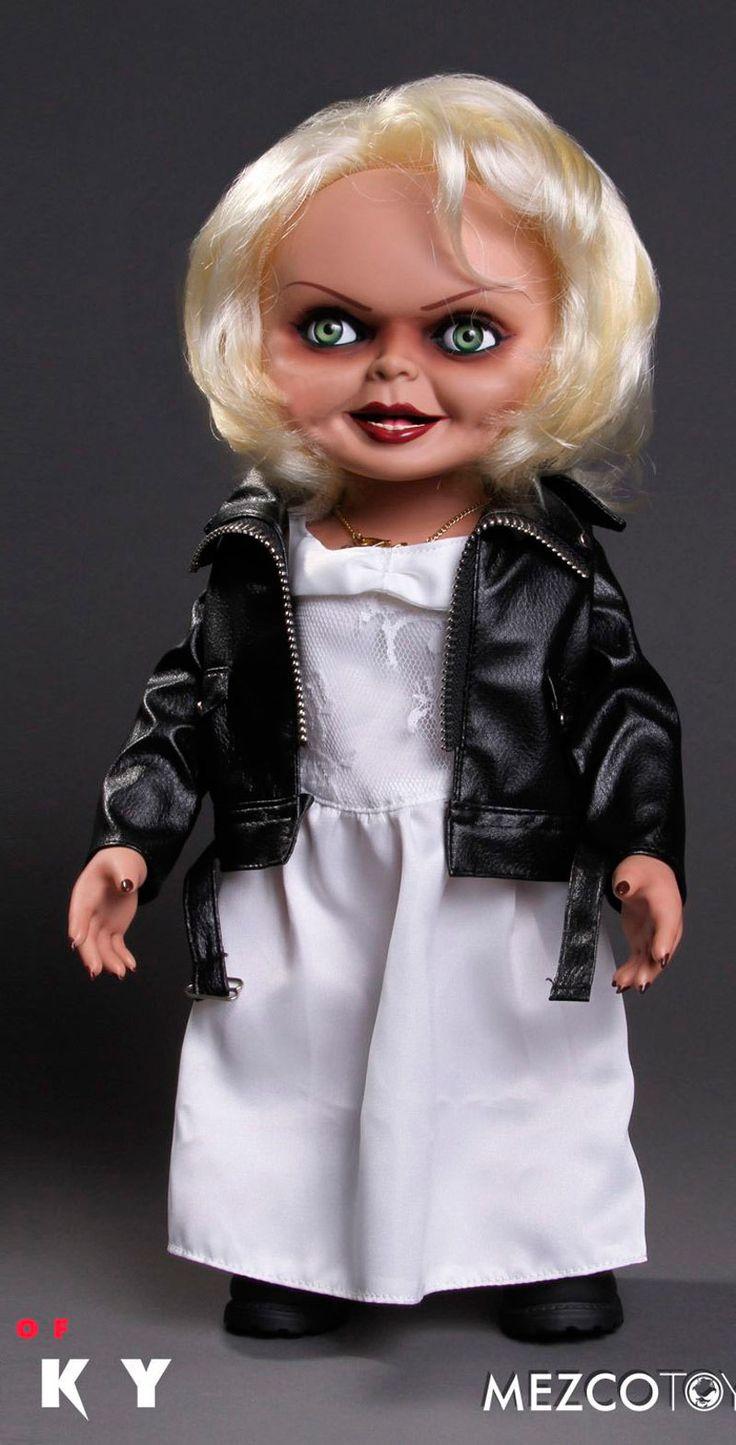 Figura muñeca Tiffany 38 cm. La novia de Chucky. Con voz. Mezco Toys  Estupenda figura articulada con forma de la muñeca Tiffany de 38 cm de altura, con ropa de tejido real y además con efectos de voz tal y como pudimos oír en el film. 100% oficial y licenciada por la compañía Mezco Toys es una delicia de artículo que encantará a todos los fans.