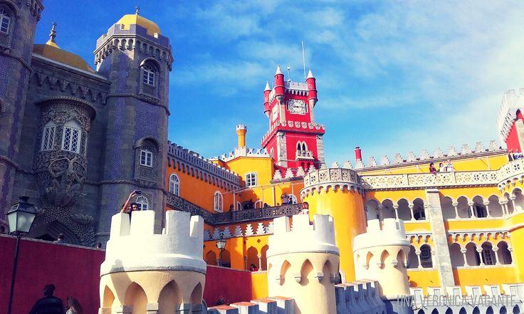 Cosa fare a Lisbona? Tra le 15 cose, visitare Sintra con il coloratissimo Palacio da Pena!
