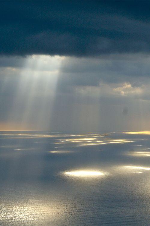 Czy kiedykolwiek widzieliście takie zjawisko? Kiedy słońce przedziera się przez chmury i robi cętki na wodzie? Ja widziałam na Finisterze.