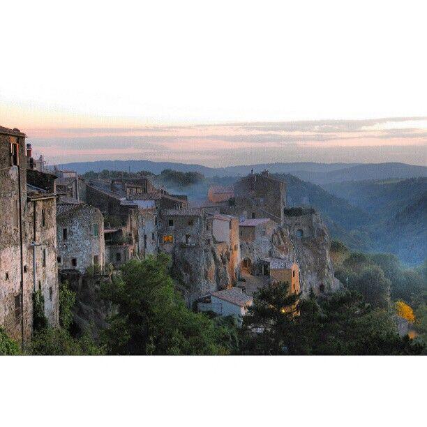 Etruscan Village of Pitigliano in a Foggy Sunset - #ToscanArtistica #tuscany #toscana #tuscanygram #pitigliano #maremma - @tuscanyamodomio- #webstagram