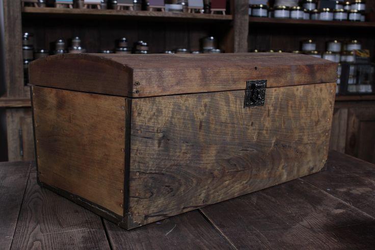 Kuferek z drewna brzozowego. Wykonany własnoręcznie. Długość 49,5 cm szerokość 31 cm, wysokość 24 cm. Stylowe okucia. Do sprzedania.Zaimpregnowany olejem lnianyn, postarzany również naturalnym preparatem.