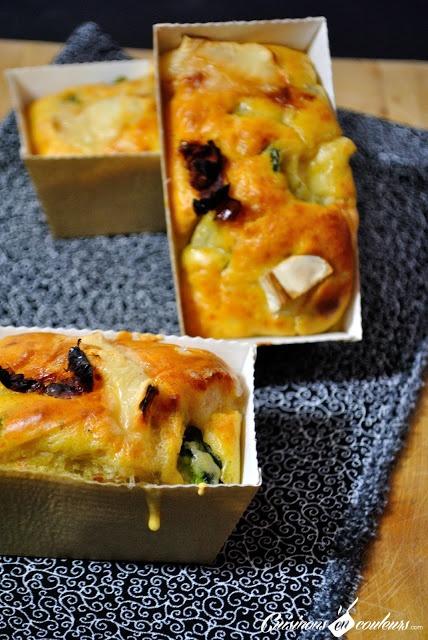 Salé - Cake salé aux courgettes, tomates séchées et fromage de chèvre. Ingrédients pour 12 petits cakes : 5 oeufs-280g de farine-1/2 sachet de levure-130g de lait-30g de huile d'olive-3/4 de bûche de chèvre-3 courgettes-10 tomates séchées-Sel-Poivre. Recette sur le site.