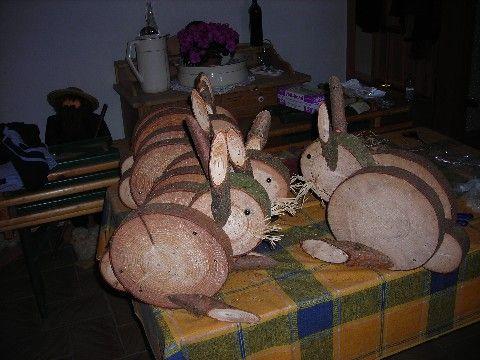 Hasen aus Baumscheiben und Ästen.