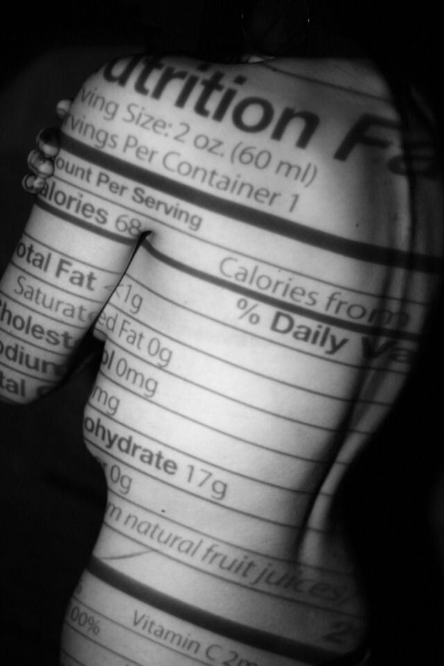 De strijd voor een gezond en mooi lichaam heeft iedereen mee te maken. Hier zie je een etiket van een voedingsmiddel geprojecteerd op een lichaam. We zijn er allemaal mee bezig,ook al denk je van niet.