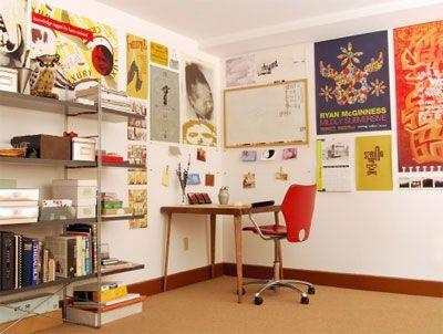 Atelier decorado com posters de artes, super fashion