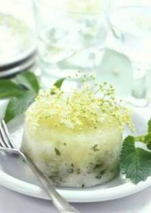 Versez le sirop de sureau, le sucre, le vin blanc frais et les feuilles de menthe hachées da...