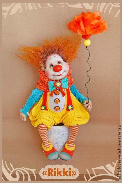 Рики. Интерьерная кукла 'Рики  'выполнен в технике скульптурный текст. (текстиль,капрон) на каркасе(в статике) . Глазки расписаны вручную (акрил).  Одежда выполнена из   различных тканей , тонирована  и грунтована.