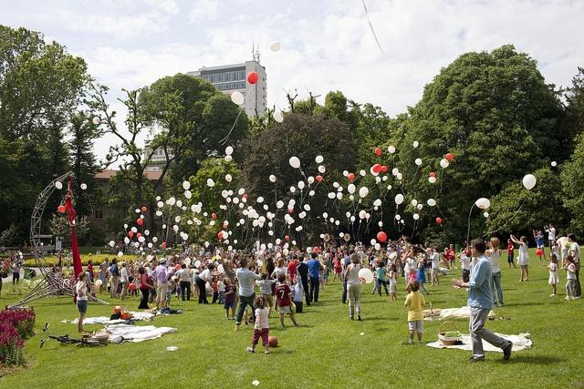 Palloncini in volo.    Il lancio dei palloncini I love Theodora, momento emozionante durante il quale centinaia di palloncini sono stati lanciati al cielo dai bambini presenti al pic nic.