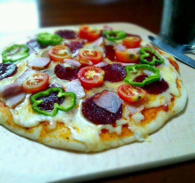 生地から作った手作りピザです。 具はサラミ、マッシュルーム、ベーコン、オニオン、トマト、ピーマンです。 チーズもたっぷり乗せてみました✨ - 142件のもぐもぐ - 手作りピザ by hayabusa921
