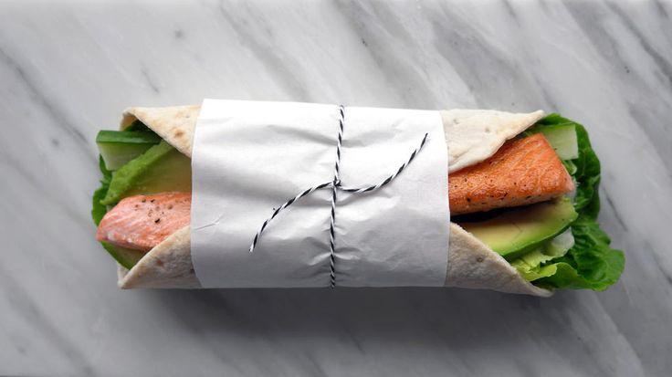 Wraps er kjapp og enkel hverdagsmat som dessuten passer utmerket som nistemat. Har du middagsrester er det ingenting som er bedre enn å rulle dem i en wrap for å få brukt dem opp. Her har jeg laget en frisk og enkel variant med stekt laks og avokado.