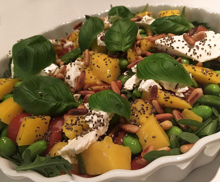 Smagen af sommer - Mangosalat med feta, edamame bønner, sukkerærter, cherrytomater, ristede pinjekerner og chiafrø.
