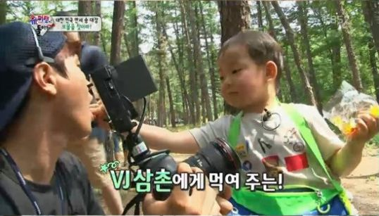 "Minguk Shares His Candy With Everyone on ""Superman Returns"""