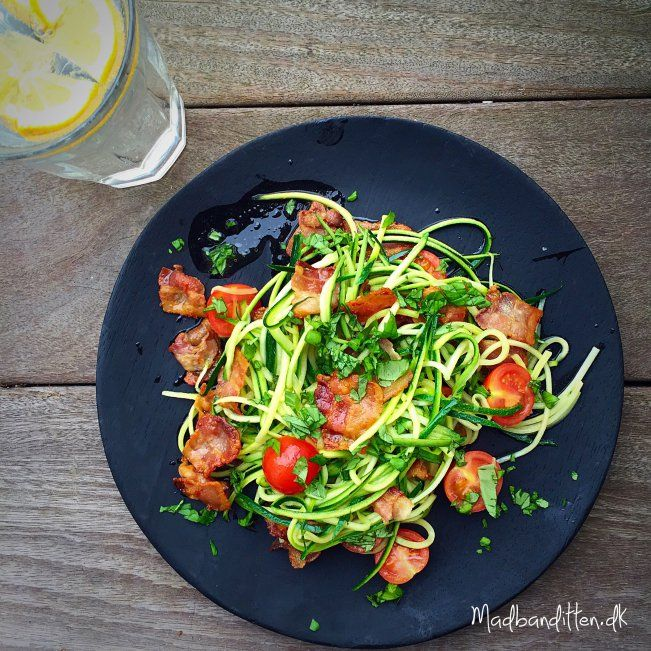 Squashghetti med bacon og basilikum