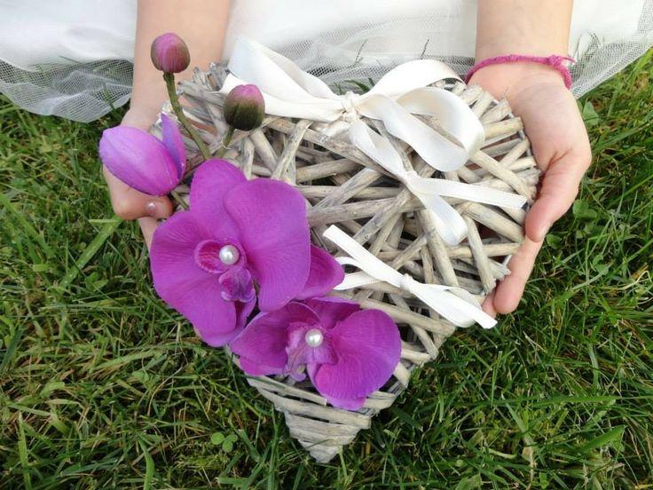 Porte alliances Coeur de rotin et Orchidées blanches au coeur rose