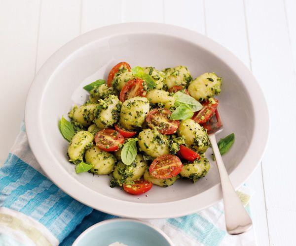 Voici une recette pour les amateurs de cuisine italienne : les gnocchis au pesto d'avocat. Ce plat est facile et rapide à faire.