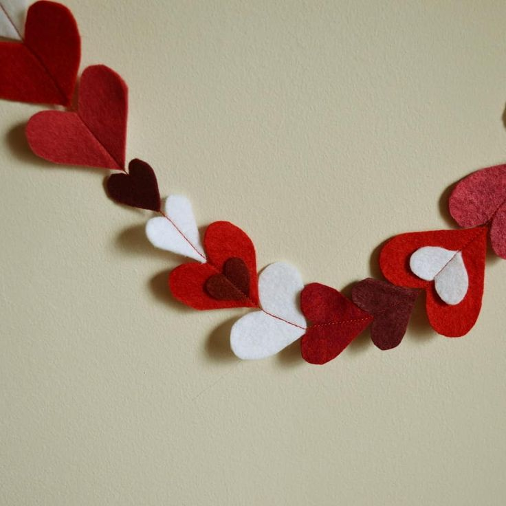 Handmade felt heart garland 💗 A romantic backdrop for your Valentine's Day or that special anniversary celebration 😜  #maisonphoenix #badassmaker #glasgowetsyteam #madeinedinburgh #handmade #valentinesday #bemyvalentine #valentine #specialanniversary #hearts #kisses #xox #kissesandhugs