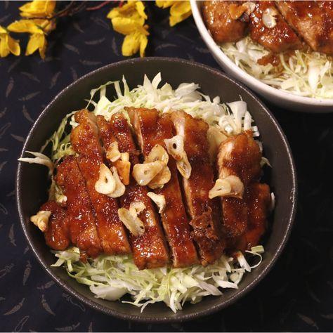 「胃袋ガッツリ!魅惑のスタミナトンテキ丼」の作り方を簡単で分かりやすい料理動画で紹介しています。胃袋をガッツリ掴む甘辛ダレがたまらない、ニンニクたっぷりのスタミナトンテキ丼です! お肉と一緒にキャベツもモリモリ食べれます。ガッツリですが、脂身の少ない豚ロースなので、意外とヘルシーにぺろりといけちゃいますよ!