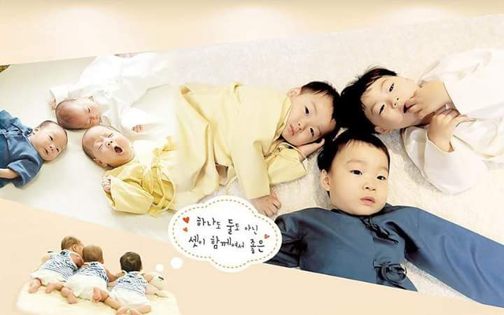 Dressed in same colour combination hanbook as baby photo | Our precious #SongTriplets babies growing up so well #DaehanMingukManse in 2015 calendar photos by appa