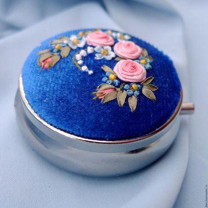 Купить или заказать Сет из броши и коробочки с вышивкой Вдыхая розы аромат в интернет-магазине на Ярмарке Мастеров. Восхитительный сет из броши и крошечной коробочки с розово-голубой вышивкой шёлковыми лентами на ярко-синем бархате. Продаётся комплектом. Жизнерадостная миниатюрная вышивка в сочных красках с розами и незабудками. Классическое сочетание, неизменно радующее взгляд и настраивающее на романтический лад. Круглая лёгкая брошь небольшого размера дополнена игривым бантиком-подвеской…