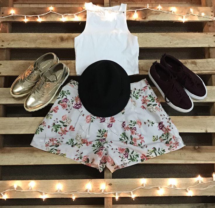 Crop Top blanco y short de flores