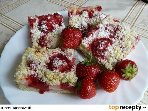 drobenkový koláč s pudingem a ovocem