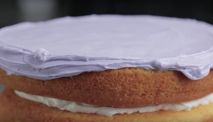 Jazz up your cakes with a textured look that makes guests ooh and ahh! Pick up simple techniques from pro Joshua John Russell in this video tutorial.