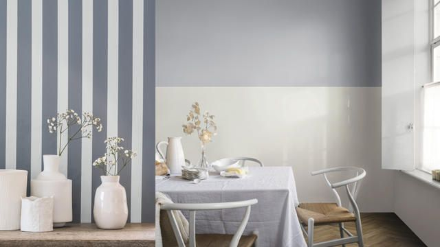Trend 2017: Considered Luxury Een neutraal palet dat de focus legt op herinneringen en ervaringen.Brede horizontale strepen op de muur geeft de kamer een ruimer gevoel. Als je gaat schilderen, gebruik dan de lichte kleur als basis en laat het drogen. Meet vervolgens de muur en tape de muur af voor je met de donkere kleur gaat schilderen. In de trend van Considered Luxury keren we ons af van materiaal en richten we ons meer op zintuigelijke ervaringen.