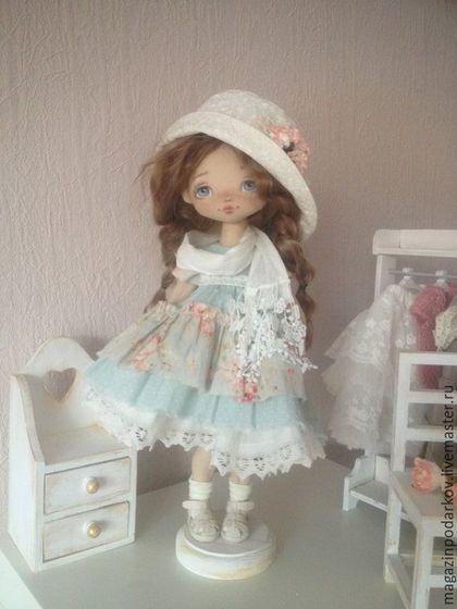 Купить или заказать Интерьерная кукла Бекки в интернет-магазине на Ярмарке Мастеров. Интерьерная девочка Бекки. Одета в стиле бохо платье, подьюбник, шарф, шляпа , вся одежда съемная кроме панталончиков. Волосы натуральные кудри ангорской козочки можно расчесывать и делать разные причёски. Может стоять без подставки , но с ней стоит более уверенно.
