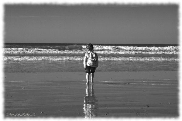Léna à la plage noir et blanc