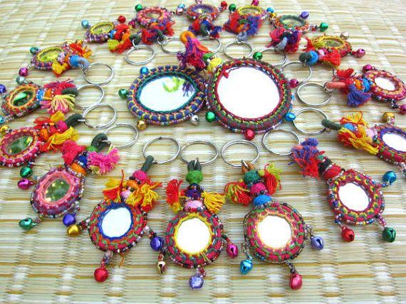 Chaya espejo llavero espejo artesanal llavero con cuentas abalorios cremallera tire BOHO Deco accesorios para el hogar Rajasthan camello espejo decoración  Hecho a mano espejo y llaveros de borla---estas declaración accesorios características magnífico adorno de pedrería color, espejos, borlas, enhebrado y anudado establecen en un diseño llamativo.   Tire de keychain, Keyring, cremallera, bolso encanto, BOHO Deco, estilo gitano  Por favor seleccione su cantidad preferida de la derecha de la…