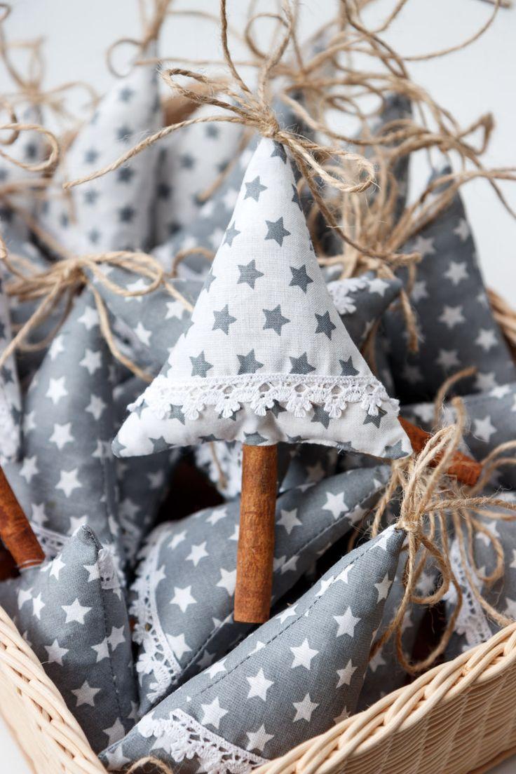 Stroměček+s+vůní+vánočního+koření+-+bílý+Stromeček+je+vyroben+ze+100%+bavlny+a+je+naplněn+vánočním+kořeník.+Hodí+se+jako+dekorace+do+bytu.+Stonek+je+ze+skořice.+Výška+15+cm.