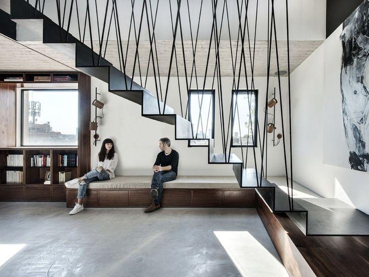 Les architectes du studio « Toledano + Architects » ont transformé les deux derniers étages de cet immeuble d'habitations en un magnifique duplex pensé comme une maison.  Situé à Tel Aviv, ce duplex est un véritable havre de paix perché sur les toits de la ville. Le design et l'architecture modernes sont teintés de touches industrielles et offrent un place importante aux volumes ouverts. On aime particulièrement l'escalier métallique suspendu qui fait le lien entre les niveaux et apporte...
