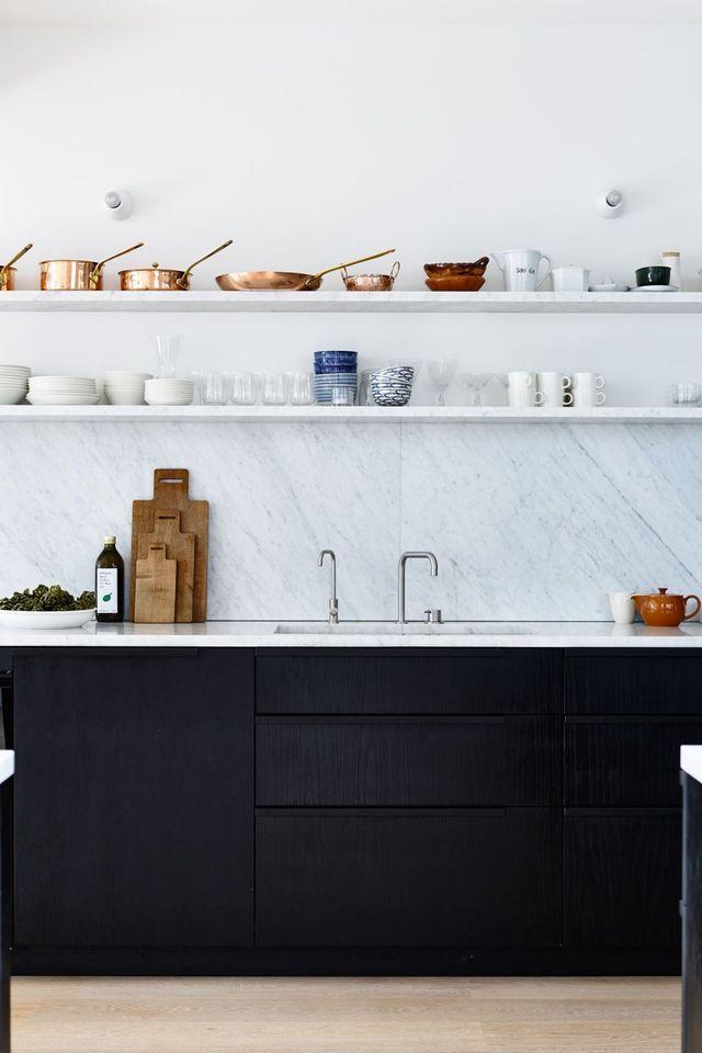 Mooie donkere keuken met licht blad? Misschien toch marner/licht granito/composiet overwegen?