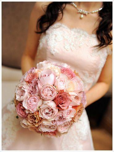 様々なピンク色のイングリッシュローズを贅沢に使ったラウンドブーケ。