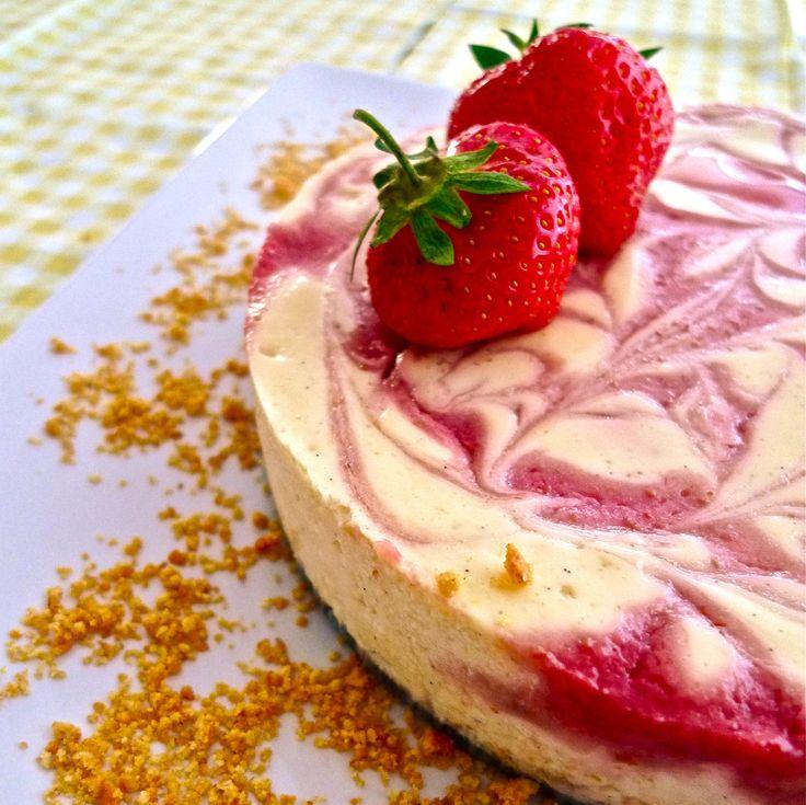 Este rico pastel de queso lleva un marmoleado de mermelada de fresa. Es fácil de preparar y la mezcla de sabores es deliciosa.
